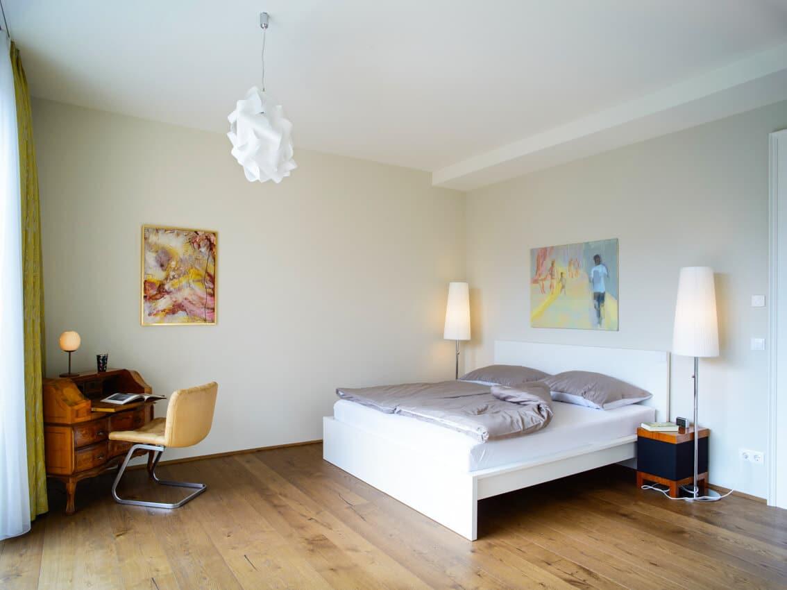Falco Schlafzimmer mit Blick auf Bett